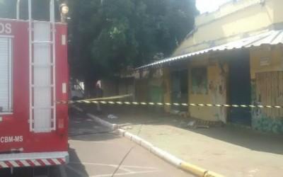 Bombeiros apagam fogo em comércio desativado na área central