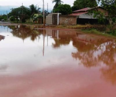 """Após chuva, moradores ficam """"ilhados"""" em bairro de Três Lagoas"""