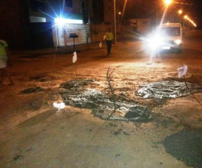 """Cansados de esperar pelo poder público, moradores realizam operação """"tapa buraco"""" no Nova Americana"""