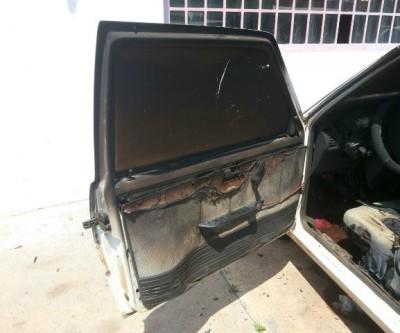 Fiat Uno que estava estacionado na frente de antigo supermercado é queimado na madrugada