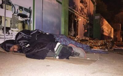 Sem dinheiro, desempregados dormem no chão para pegar senhas no CIAT