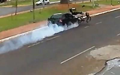 Câmera de segurança grava violenta colisão na Avenida Rosário Congro