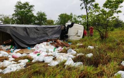 Carreteiro sofre acidente e evita tragédia no Km 104 da BR-262