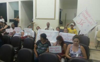 Sem respostas da prefeitura, futuros moradores do residencial Orestinho se manifestam durante a sessão da câmara municipal