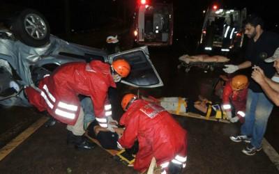Carro capota e deixa quatro pessoas presas entre as ferragens no perímetro urbano da BR-262