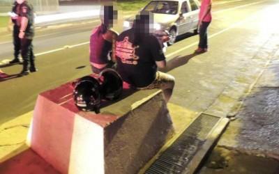 Motociclista na contra mão colide contra carro