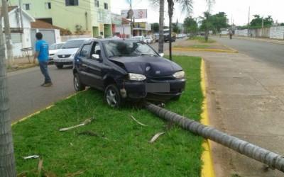 Motorista perde o controle e colide contra palmeira no centro de Três Lagoas