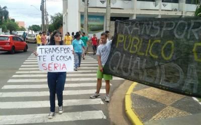 Manifestantes protestam na frente da Prefeitura Municipal de Três Lagoas