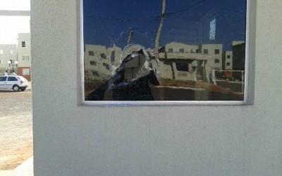 Irritado com seguranças, morador de residencial quebra carro e vidro de guarita