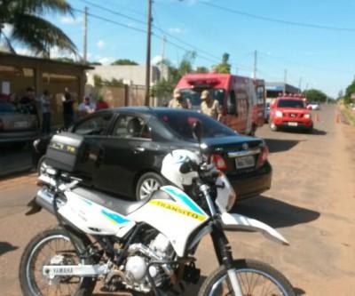 Moto colide em carro que estava sendo estacionado no Vila Alegre