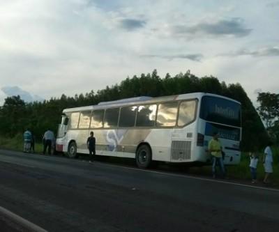 """Empresa """"pula de galho em galho"""" e fica sem combustível no meio do caminho com ônibus cheio de passageiros"""