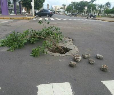 Moradores de Três Lagoas sinalizam buracos para evitar acidentes