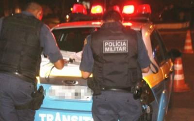 """Após dar """"cavalo de pau"""", jovem em Ford Escort foge da polícia e tem carro apreendido"""
