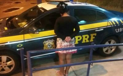 PRF de Três Lagoas prende mulher que transportava 2kg de haxixe em ônibus
