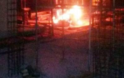 Bombeiros controlam incêndio em depósito de construção