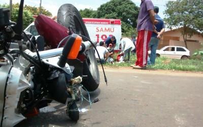 Condutor atropela motociclista, bate em carro e depois foge