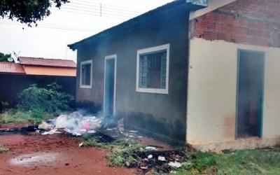 Sem teto ateia fogo em lixo e quase incendeia casa abandonada