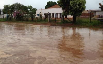"Morador denuncia ""Boca de Lobo"" entupida e mostra problemas após chuva"