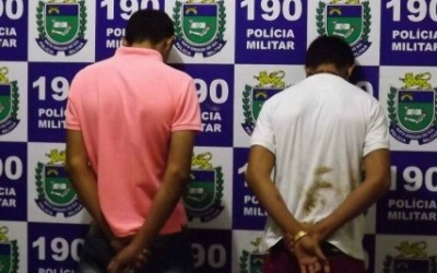 Jovens suspeitos de venderem drogas perto de bar são presos pela Polícia Militar