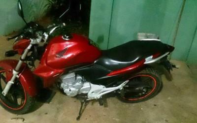 Checagem na frente de clube leva polícia até moto Honda CB 300 furtada