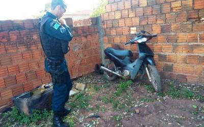 Denúncia anônima leva polícia até moto furtada que estava abandonada