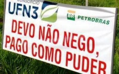 Credor revoltado exibe faixa com dizeres envolvendo a UFN3 de Três Lagoas