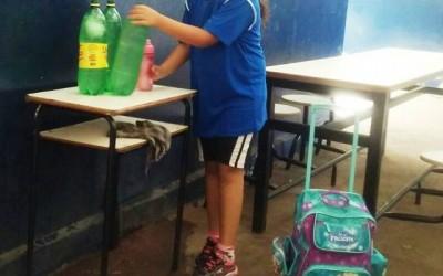 Sem bebedouro, alunos de escola são obrigados a beberem água em garrafas pets