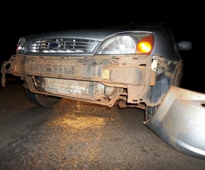 Caminhão colide em carro na rotatória e motorista foge