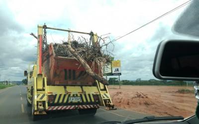 Perigo na via com caminhão de entulhos