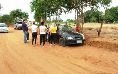 Em estrada de terra, carro derrapa e acaba capotando
