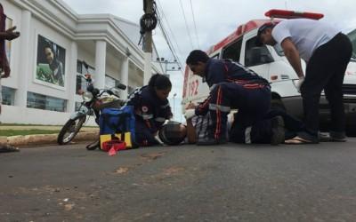 Funcionário de marmoraria sofre fratura ao bater em carro e poste