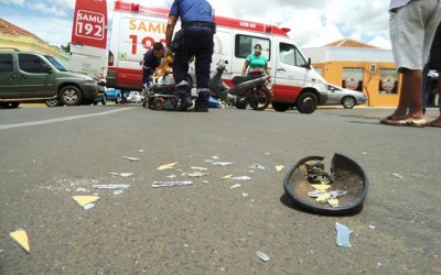 Falta de atenção provoca mais um acidente entre carro e moto no centro de Três Lagoas
