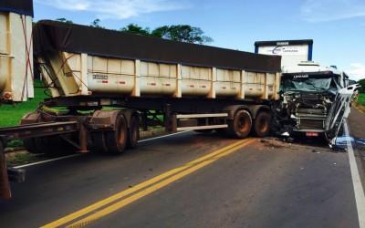 Acidente entre carreta e bitrem interdita rodovia entre MS e SP