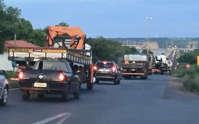 Após acidente, motorista precisa de paciência para atravessar ponte entre MS e SP