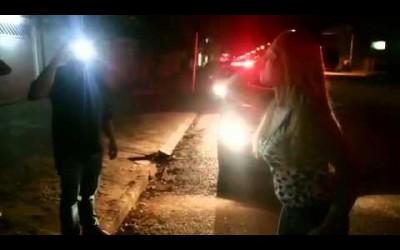 Travesti é golpeado com chave de fenda durante briga em casa noturna