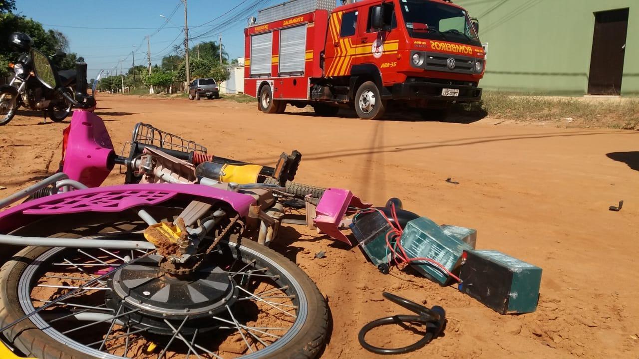 Corpo de Bombeiros registra acidente envolvendo carro e motocicleta elétrica no Jd. Flamboyant