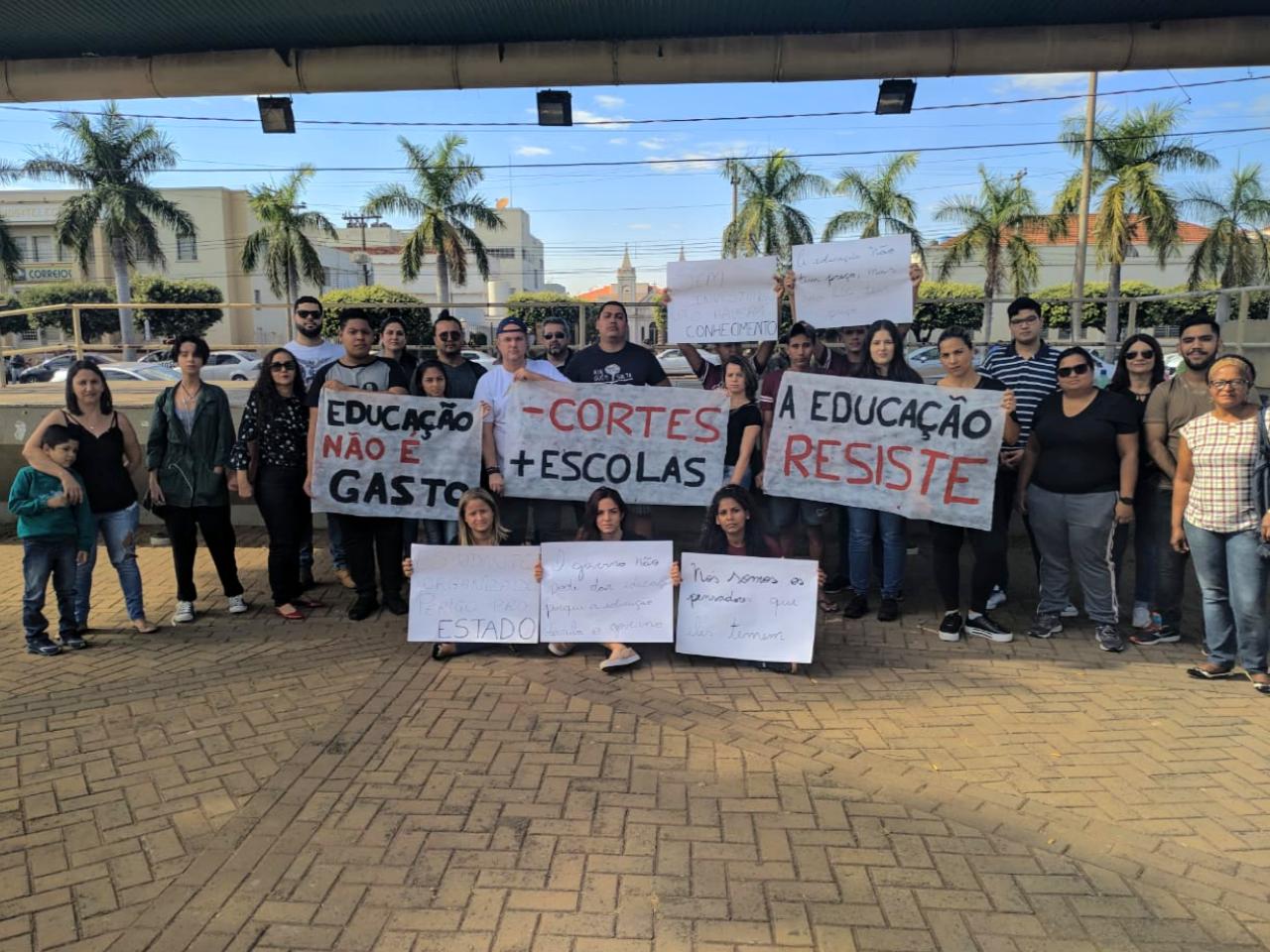 Contra a transferência compulsória, estudantes da Rede Estadual manifestam indignação nesta manhã