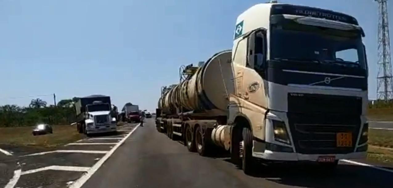 Caminhão com carga perigosa tomba e trecho da rodovia Marechal Rondon entre Castilho (SP) e Três Lagoas (MS) está interditado