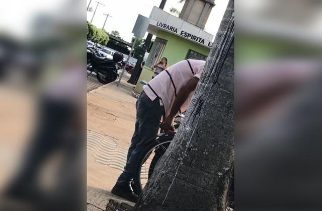 Câmeras de segurança flagram ação de homem que tentava furtar bicicleta no Centro de Três Lagoas