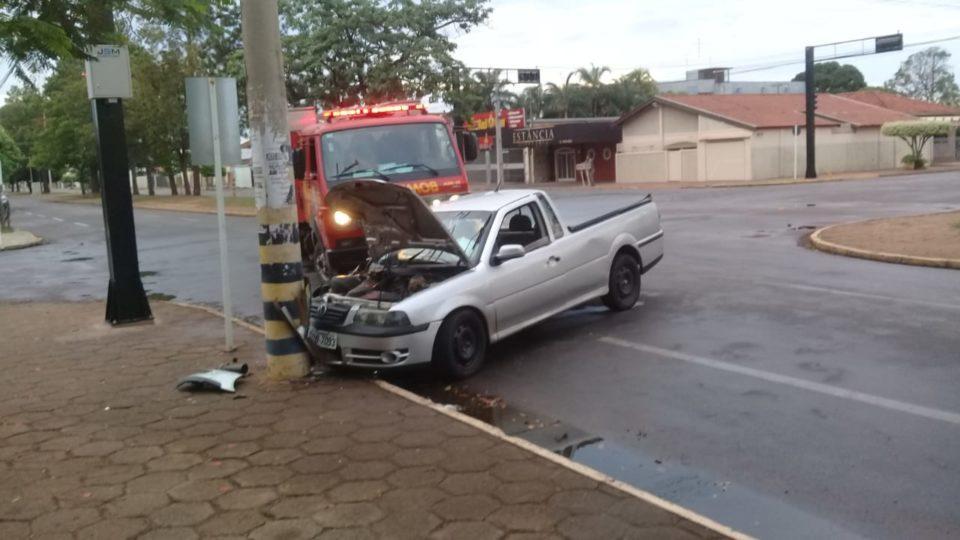 Em Três Lagoas, Carro bate em poste na Avenida Antônio Trajano