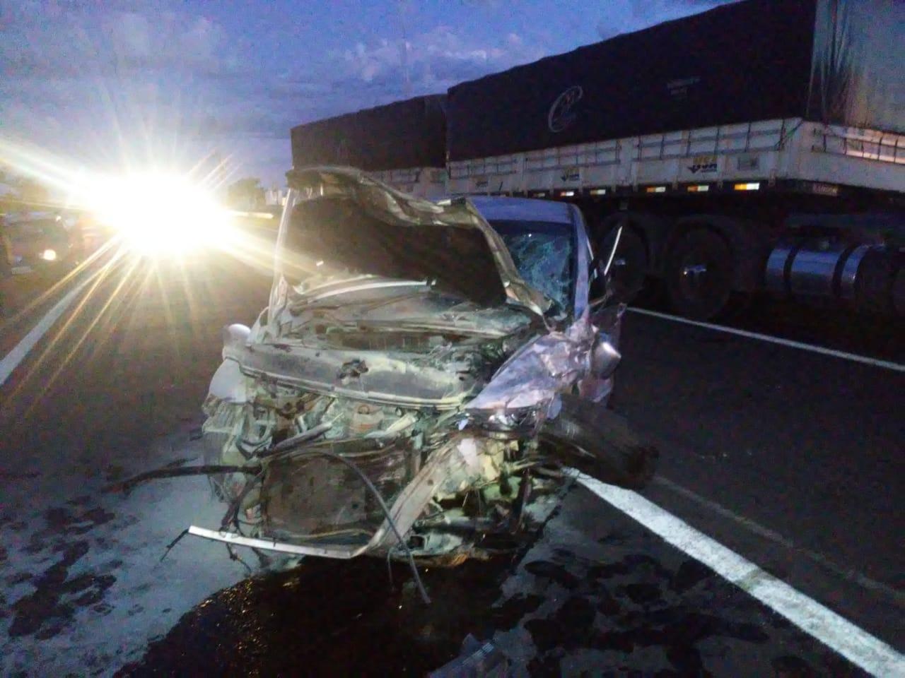 Colisão violenta entre carreta e carro deixa rodovia Marechal Rondon interditada