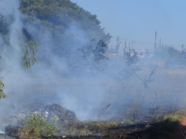 Fumaça em terreno entrega suposto ladrão na região da antiga