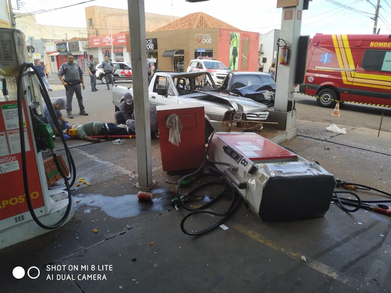 Carros batem e bomba do posto de combustível em Andradina fica destruída