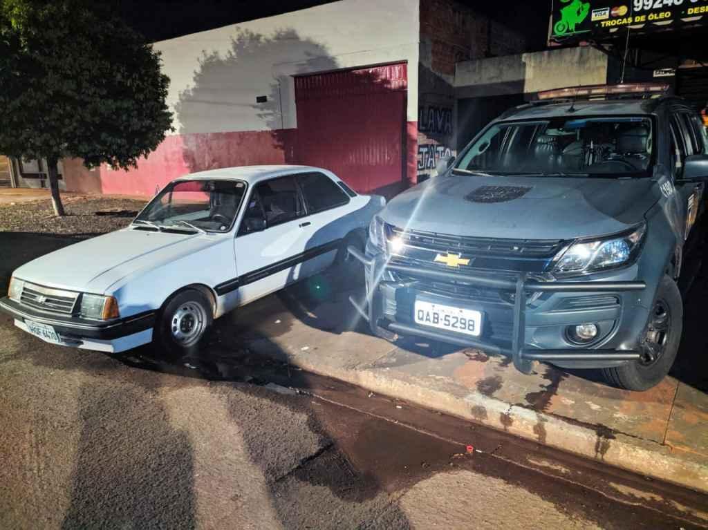Idoso é agredido durante roubo de Chevette por dupla de ladrões
