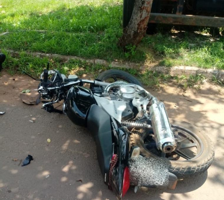Deu ruim: Jovem com moto furtada tenta fugir da PRF, bate em árvore e acaba preso