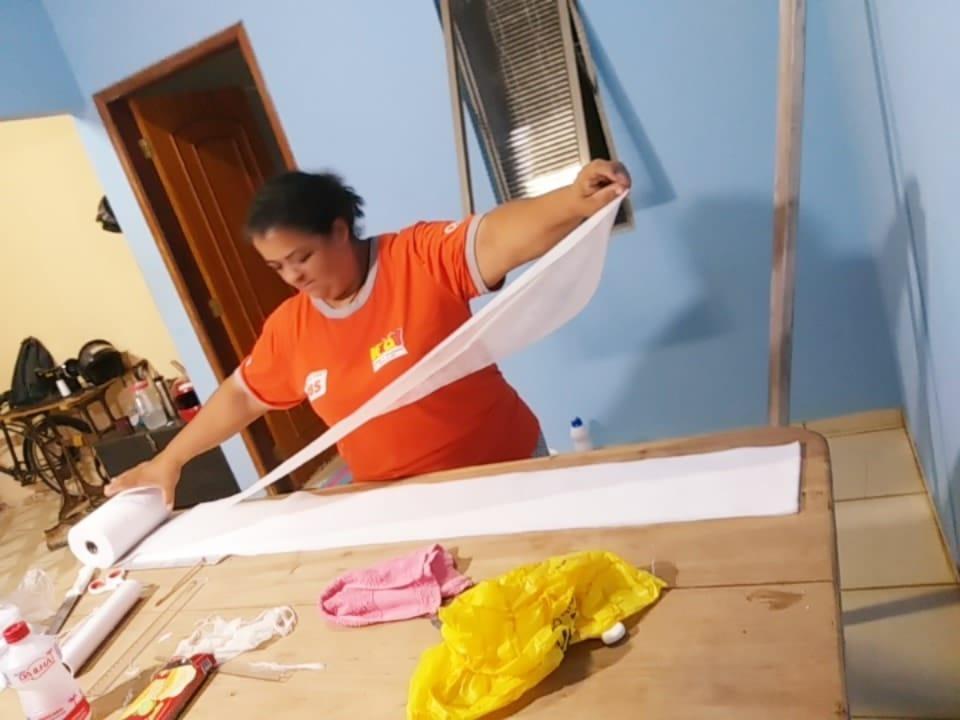 Prefeitura fornece tecido e 48 voluntárias costuram máscaras para saúde