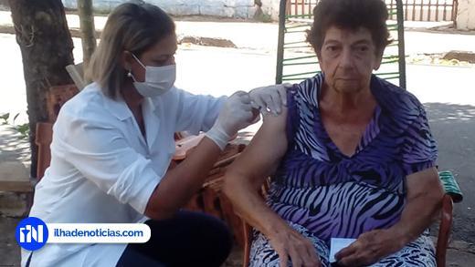 """Ilha Solteira implanta """"drive-thru"""" para que idosos não precisem ir até as unidades para serem vacinados contra a gripe"""