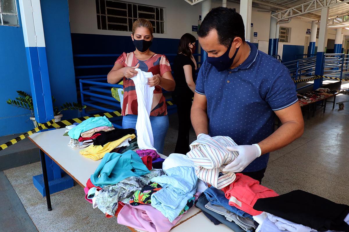 """Com roupas e calçados seminovos, Escola Municipal """"Gentil Rodrigues Montalvão"""" realiza Bazar Solidário"""
