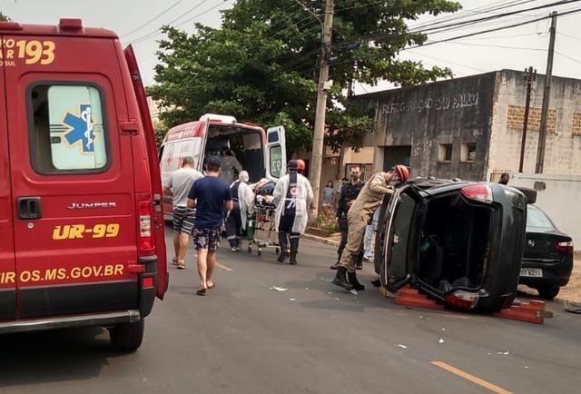 Veículo tomba no Centro de Três Lagoas após acidente e vítima é resgatada por bombeiros