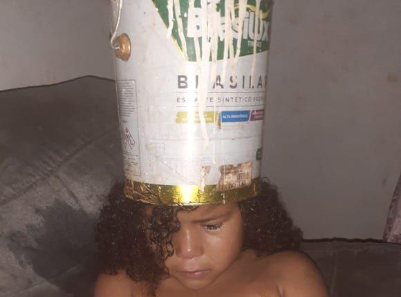 Criança fica com cabeça presa em lata de tinta e expõe alerta sobre cuidados em casa